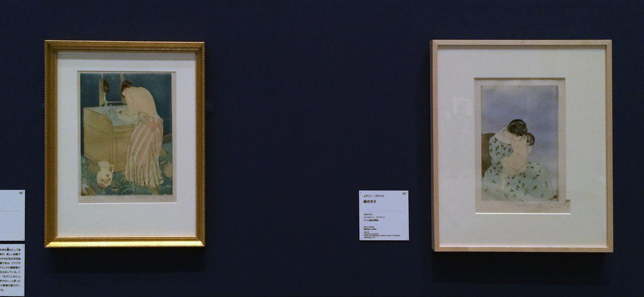 画像: 左:メアリー・カサット《沐浴する女性》 1890-91年 ドライポイント、アクアチント、ブリンマー・カレッジ蔵 右:メアリー・カサット《母のキス》1890-91年 ドライポイント、アクアチント、アメリカ議会図書館蔵 photo©cinefil