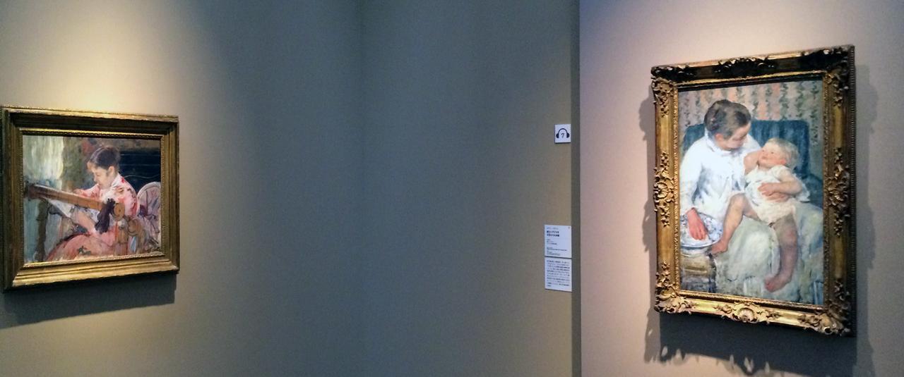 画像: 左:メアリー・カサット《タペストリー・フレームに向かうリディア》1881年頃 油彩、カンヴァス、フリント・インスティテュート・オブ・アーツ蔵 右:メアリー・カサット《眠たい子どもを沐浴させる母親》1880年 油彩、カンヴァス、ロサンゼルス郡立美術館蔵 photo©cinefil