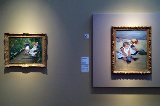 画像: 左:メアリー・カサット《庭の子どもたち(乳母)》1878年 油彩、カンヴァス、ヒューストン美術館蔵 右:メアリー・カサット《浜辺で遊ぶ子どもたち》1884年 油彩、カンヴァス、ワシントン・ナショナル・ギャラリー蔵 photo©cinefil
