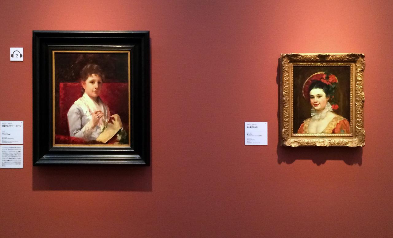 画像: 左:メアリー・カサット《刺繍するメアリー・エリソン》 1877年 油彩、カンヴァス、フィラデルフィア美術館蔵 右:メアリー・カサット《赤い帽子の女性》 1874/75年 油彩、カンヴァス、ジェラルド&キャサリン・ピーターズ夫妻協力 photo©cinefil