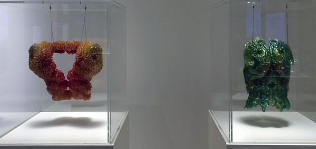 画像: 左:《カマール:月を彷徨う人》ネリ・オックスマン(1976年–) 2014年 ストラタシス Objet500™  Connex3 カラー・マ ルチマテリアル3D プロダクション・システムによる3D印刷 所蔵:ストラタシス 共同制作:クリストフ・バダー、ドミニク・コルブ(デスクリプティブ)、ジョー・ヒックリン(ザ・マスワークス)、協力:ストラタシス 右:《ズハル:土星を彷徨う人》ネリ・オックスマン(1976年–)  2014年 ストラタシス Objet500™  Connex3 カラー・マ ルチマテリアル3D プロダクション・システムによる3D印刷 所蔵:ストラタシス 共同制作:クリストフ・バダー、ドミニク・コルブ(デスクリプティブ)、ジョー・ヒックリン(ザ・マスワークス)、協力:ストラタシス
