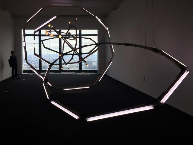 画像: 《ブラックホール(M-領域)》 ビョーン・ダーレム(1974年–) 2008年/木、スチール、蛍光灯、電球、塗料/サイズ可変 Guido W. Baudach Gallery, Berlin and Hiromi Yoshii Gallery, Tokyo