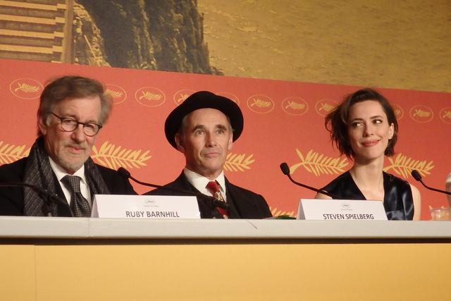 画像: カンヌでの『BFG』公式記者会見:左からスピルバーグ監督、マーク・ライランス、レベッカ・ホール Photo by Yoko KIKKA