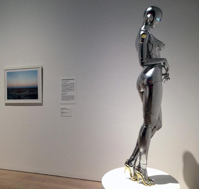画像: 《セクシーロボット》  空山 基(1947 年 –)  2016 年 FRP、鉄、金・銀メッキ調塗料、LED ネオンライト 作家蔵