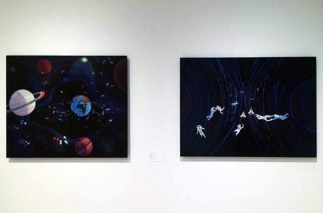 画像: 左:《宇宙投資家》 ジュール・ド・バランクール(1972年–)  2015年 油彩、パネル Galerie Thaddaeus Ropac, Paris/Salzburg 右:《コズミック・カオス》 ジュール・ド・バランクール(1972年–)  2015年 油彩、パネル Galerie Thaddaeus Ropac, Paris/Salzburg