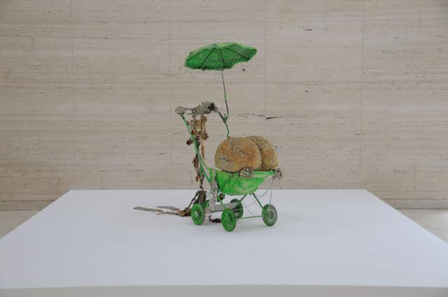 画像: 工藤哲巳  Kudo Tetsumi (1935-1990) 「あなたの肖像1967」 乳母車、傘、綿、プラスチック、ポリエステル 樹脂、接着剤、鎖、チューブ、絵具  1967 所蔵:青森県立美術館