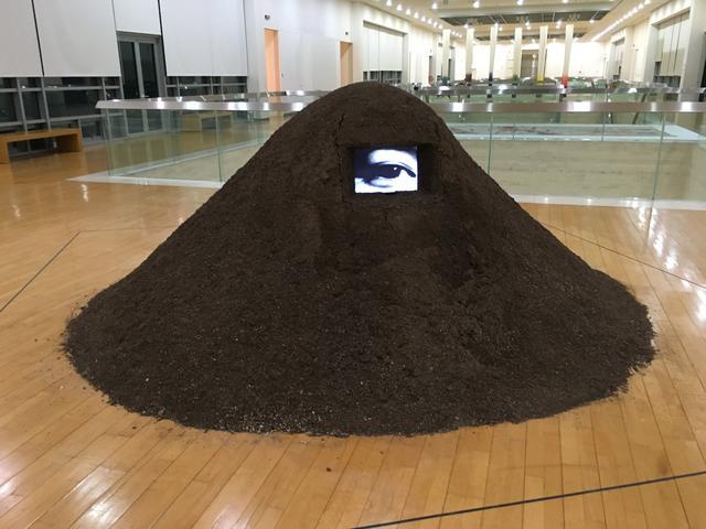 画像: 陸根丙  Yook Keun Byung(韓国) The Sound of landscape + eye for field Vide Monitor, soil  サンパウロビエンナーレ出品 1989