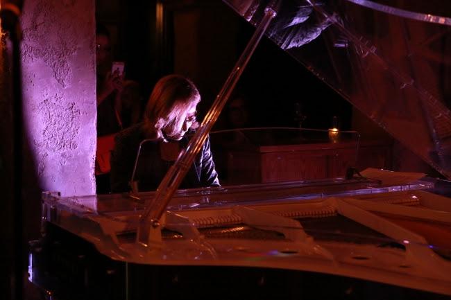 画像: 試写後にはYOSHIKIのピアノパフォーマンスを披露!