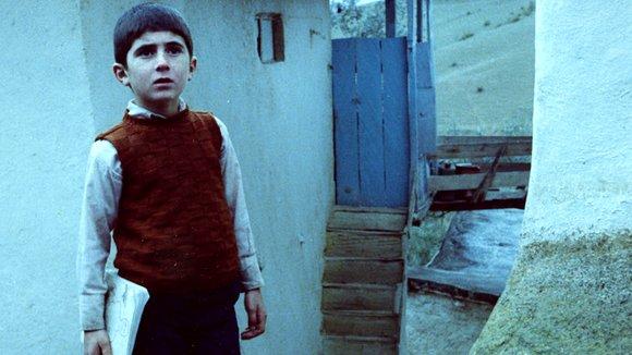 画像: http://www.cinemamontreal.com/movies/khane-ye-doust-kodjast-1987/photos