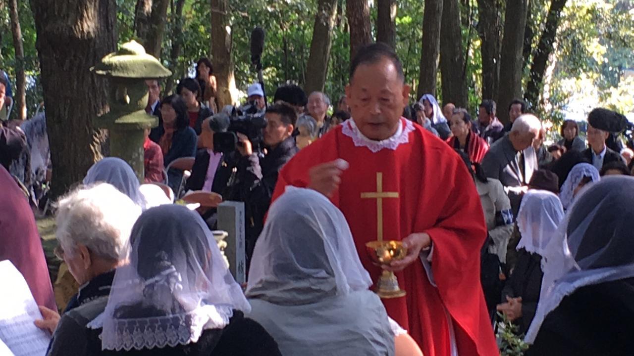 """画像1: """"隠れキリシタン""""の聖地に立つ塚本晋也!『沈黙』を深める長崎の旅は、いよいよ最終地サン・ジワン枯松神社の祭りの訪問へ―"""