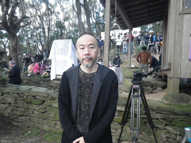 """画像2: """"隠れキリシタン""""の聖地に立つ塚本晋也!『沈黙』を深める長崎の旅は、いよいよ最終地サン・ジワン枯松神社の祭りの訪問へ―"""
