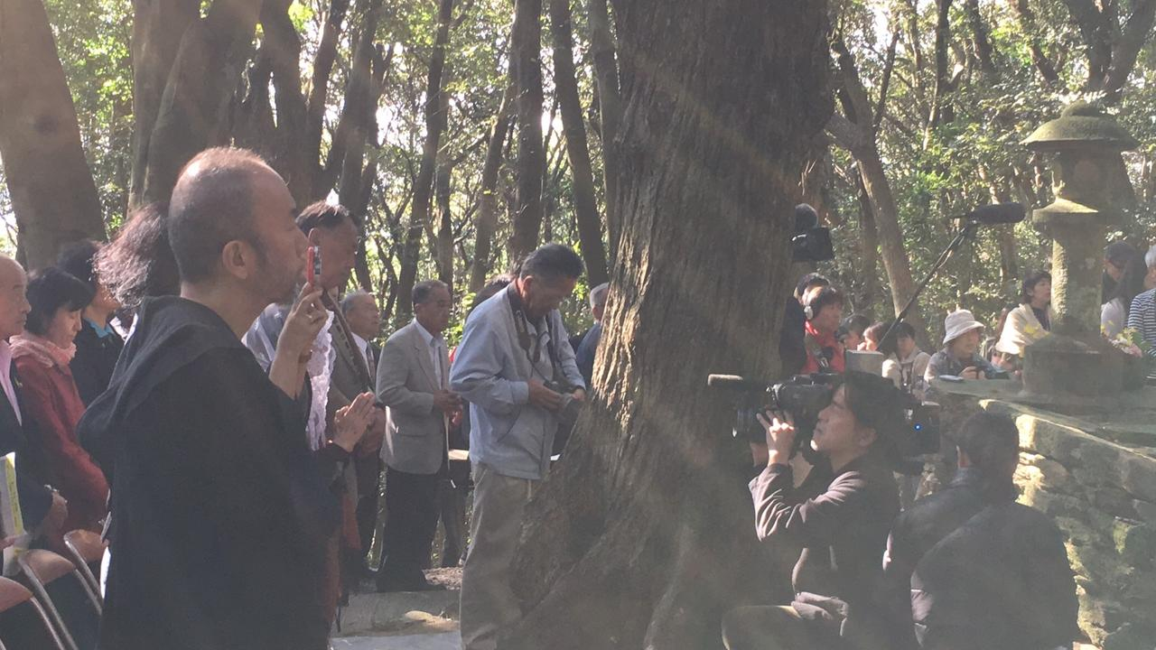 """画像4: """"隠れキリシタン""""の聖地に立つ塚本晋也!『沈黙』を深める長崎の旅は、いよいよ最終地サン・ジワン枯松神社の祭りの訪問へ―"""