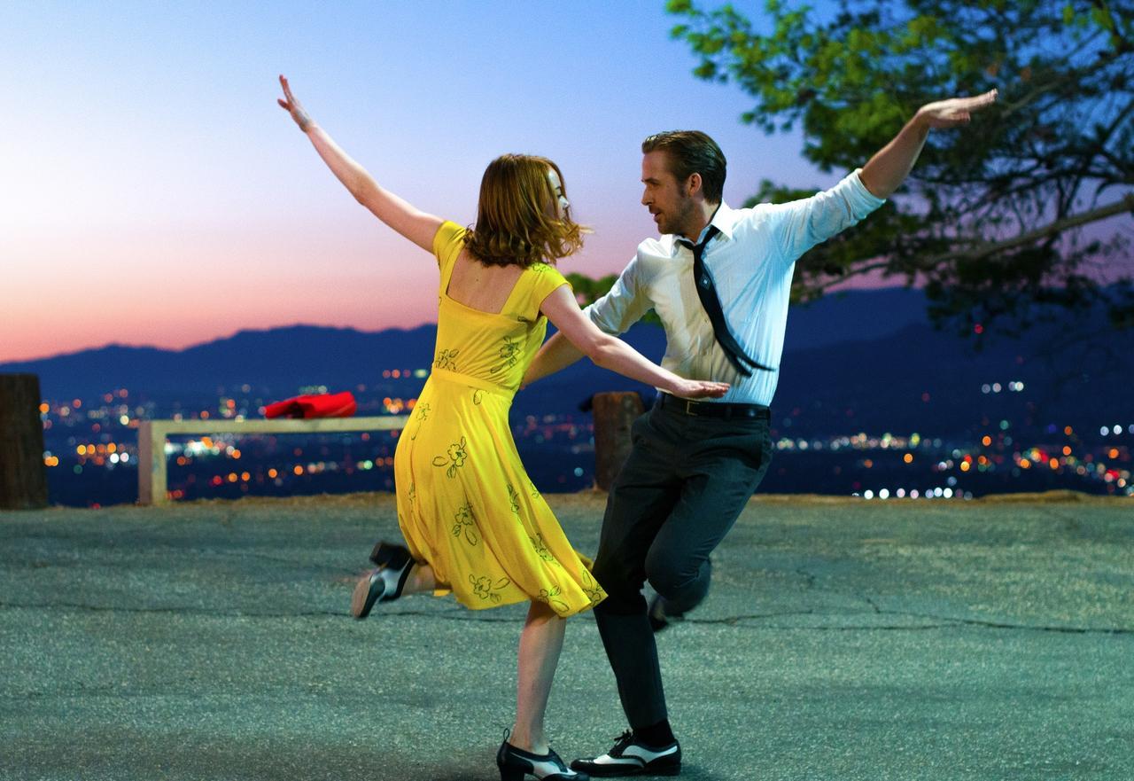 画像: EW0001: Sebastian (Ryan Gosling) and Mia (Emma Stone) in LA LA LAND. Photo courtesy of Lionsgate. © 2016 Summit Entertainment, LLC. All Rights Reserved.