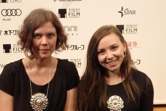 画像: 『サーミ・ブラッド』の監督(左)と主演女優の胸元を飾るのは、サーミの伝統的な手作り工芸品だそうで、とても素敵! Photo by Yoko KIKKA