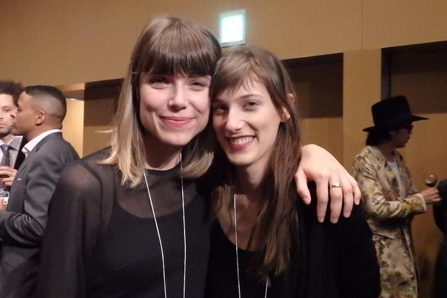 画像: ハナ・ユシッチ監督(左)と主演したミア・ペトリヴィッチ                                              Photo by Yoko KIKKA