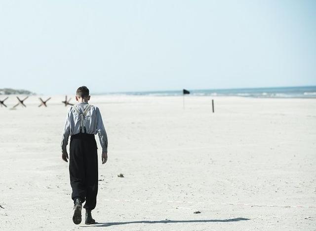 """画像2: 人は憎むべき敵を赦すことができるのか? いかなる残酷な状況においても、生きるための希望を抱き続けることは可能なのか? 美しい海が広がる白い浜辺に残された""""真実の物語""""が、あなたの心を激しく揺さぶるだろう。"""