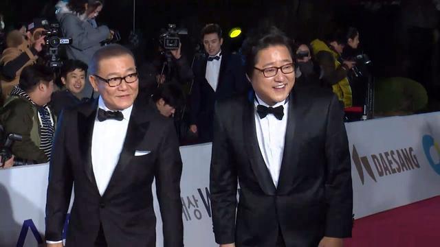 画像: 쿠니무라 준·곽도원, 청룡영화상 레드카펫(37th Blue Dragon Awards Red Carpet, 곡성) [통통영상] youtu.be