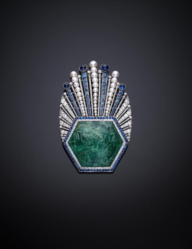 画像: ブローチもしくは髪飾り エメラルド彫刻1850-1900年、マウント1910年 パリ(デザイン:ポール・イリべ、制作:ロバート・リンツェラー) 高:9㎝、幅:5.8㎝、厚:1.5㎝ エメラルド、ダイヤモンド、サファイヤ、真珠