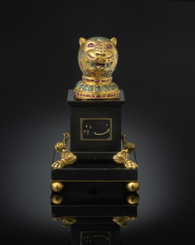 画像: ティプ―・スルタンの玉座飾り 1787-1793年 高:6.8㎝、幅:5.5×5.4㎝ 金、ダイヤモンド、エメラルド、ルビー
