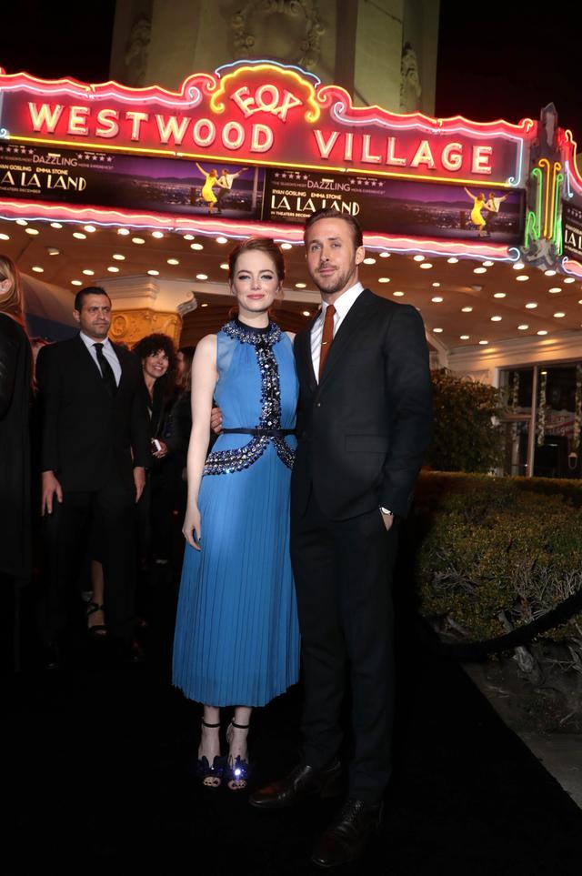 画像6: EW0001: Sebastian (Ryan Gosling) and Mia (Emma Stone) in LA LA LAND.  Photo courtesy of Lionsgate.© 2016 Summit Entertainment, LLC. All Rights Reserved.