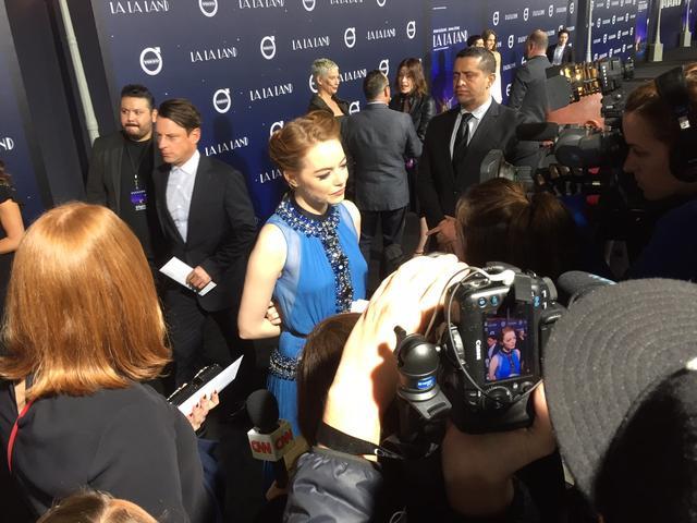 画像4: EW0001: Sebastian (Ryan Gosling) and Mia (Emma Stone) in LA LA LAND.  Photo courtesy of Lionsgate.© 2016 Summit Entertainment, LLC. All Rights Reserved.