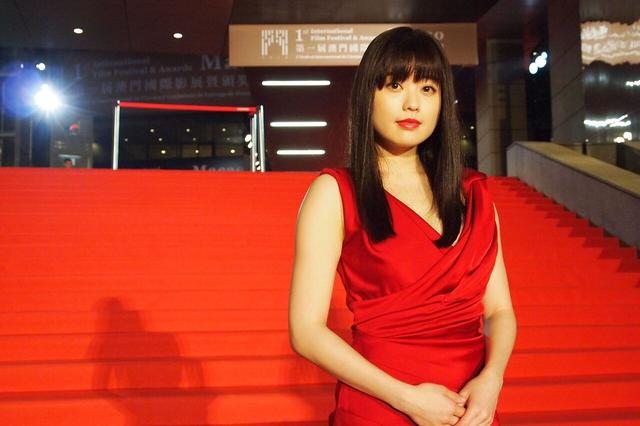 画像1: 園子温監督から「行ってこい!」と背中を押され、念願叶った! 女優・冨手麻妙が、初の主演映画『アンチポルノ』をひっさげ国際映画祭デビュー!