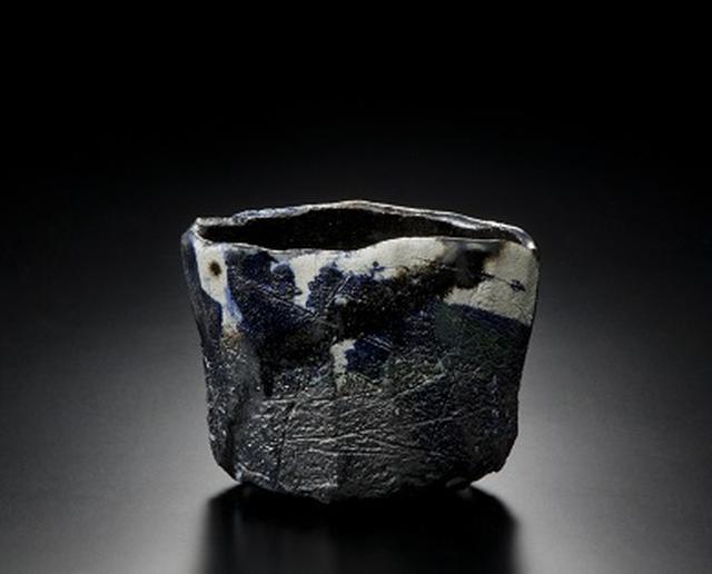 画像: 十五代 吉左衞門 焼貫黒樂茶碗 平成24年(2012) 東京国立近代美術館蔵