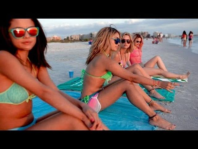 画像: Spring Breakers Official Trailer (2013) youtu.be