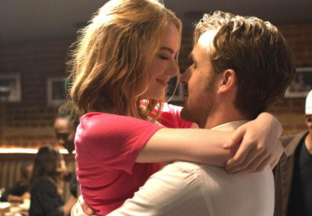 画像1: EW0001: Sebastian (Ryan Gosling) and Mia (Emma Stone) in LA LA LAND. Photo courtesy of Lionsgate.© 2016 Summit Entertainment, LLC. All Rights Reserved.