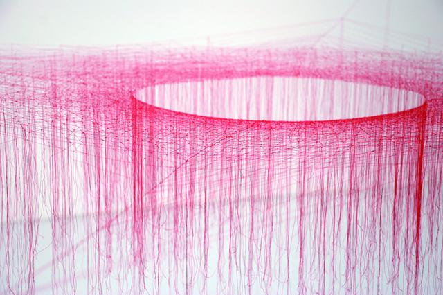 画像: 池内 晶子 《Knotted Thread-Red-h120cm》 2009 gallery21yo-jでの展示