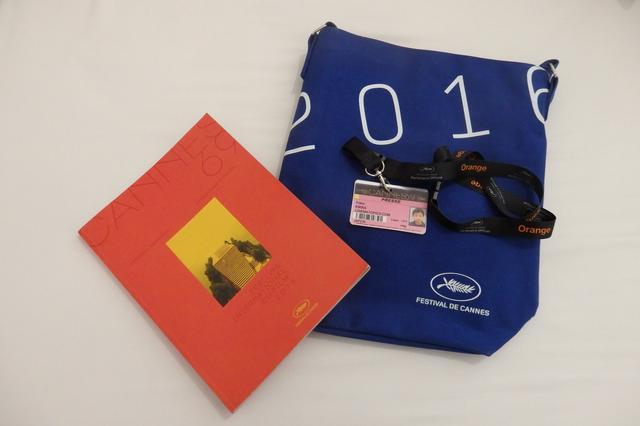 画像: 映画祭特製オリジナル・バッグと公式プログラム、IDバッチ Photo by Yoko KIKKA