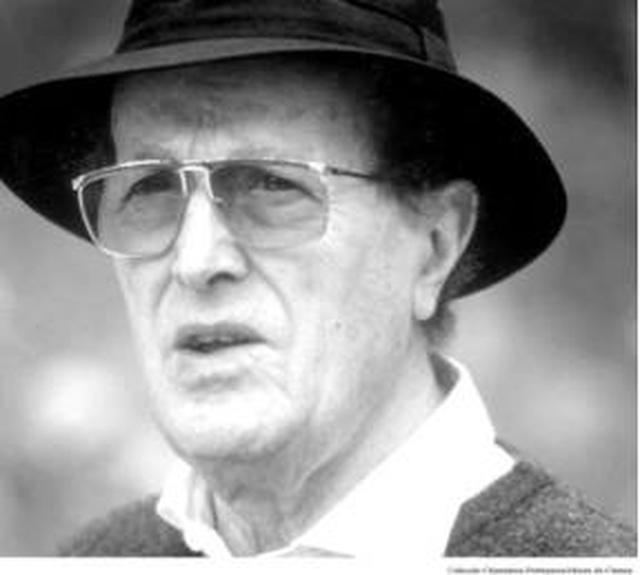 画像: プロフィール オリヴェイラ監督 1908年12月11日にポルトガル北部の港町ポルトに生まれる。 1931年に初監督作『ドウロ河』を撮り、42年に初の劇場用長篇映画『アニキ・ボボ』を発表。家業を続けながら映画制作を続け、62年に長篇第二作『春の劇』を発表するが、「ポルトガルには検閲が存在する」という発言によって投獄される。10年を経て1972年3本目の長篇『過去と現在 昔の恋、今の恋』を発表。1974年独裁政権が終わり、オリヴェイラは『ベルニデまたは聖母』(75)、『破滅の愛』(78)、『フランシスカ』(81)と「挫折した愛の四部作」を構成する3作品をつぎつぎに発表。また、敏腕プロデューサーのパウロ・ブランコと組み、自分の望む企画を実現できる環境を得る。 以後、上映時間6時間50分の大作『繻子の靴』(85)、『神曲』(91)、『アブラハム渓谷』(93)、『世界の始まりへの旅』(97)、『クレーヴの奥方』(99)などの輝かしい傑作を発表し続け、2000年代に入り、90歳をこえてもなお、ミシェル・ピコリ(『家路』01)、ジョン・マルコヴィッチ(『永遠の語らい』03)、カトリーヌ・ドヌーヴ(『永遠の語らい』03)、ビュル・オジェ(『夜顔』06)、ジャンヌ・モロー(『家族の灯り』12)といった世界的名優を迎えて、作品を生み出しつづけた。2014年のヴェネチア映画祭で短篇『レステロの老人』上映。 2015年4月2日没。享年106歳。