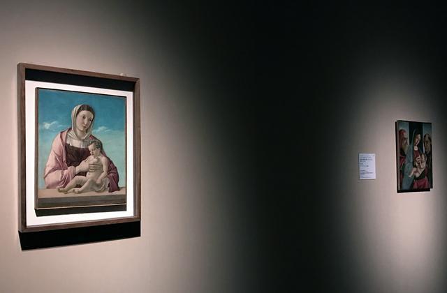 画像: 左:ジョヴァンニ・ベッリーニ 《聖母子(フリッツォーニの聖母)》1470 年頃、テンペラ、板(カンヴァスに移し替え)、52.5×43.2cm、ヴェネツィア、コッレール美術館 photo©cinefil