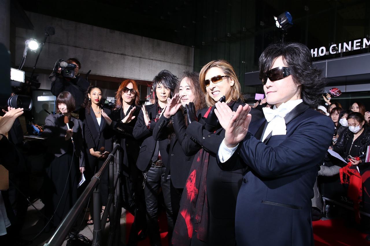 完成披露ジャパンプレミアイベントでXポーズをするX JAPANの画像