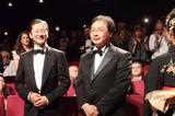 画像: スタンディングオベーションに応える浅野忠信(左)と深田晃司監督(右) Photo by Yoko KIKKA