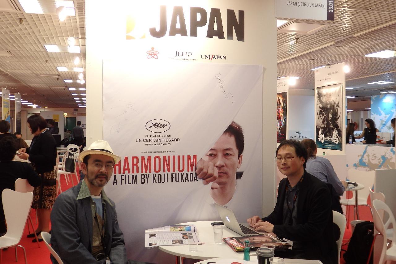 画像: ジャパンブースで深田監督(右)と古舘さんにバッタリ遭遇!Photo by Yoko KIKKA