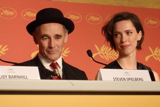 画像: 左からマーク・ライランス、レベッカ・ホール Photo by Yoko KIKKA