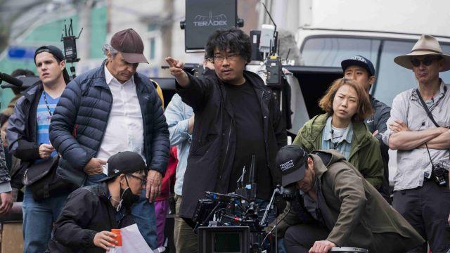 画像: 撮影中のポン・ジュノ監督 http://www.hancinema.net/photos-updated-cast-added-new-stills-and-on-the-set-images-for-the-upcoming-korean-american-south-african-movie-okja-102094.html