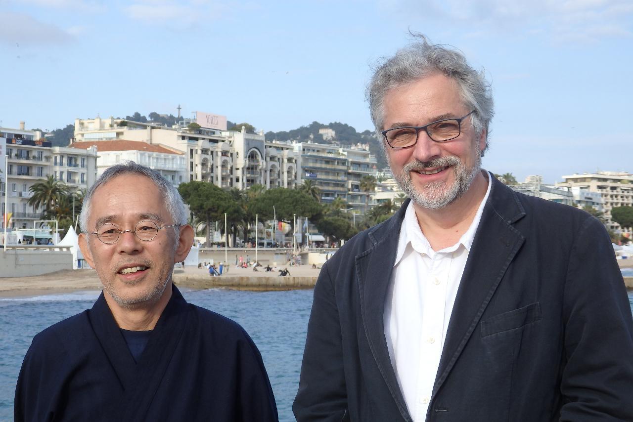 画像: 日本人報道陣に囲まれたマイケル監督と鈴木プロデューサー Photo by Yoko KIKKA