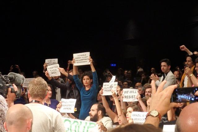 画像: 客席で抗議する『アクエリアス』関係者 Photo by Yoko KIKKA