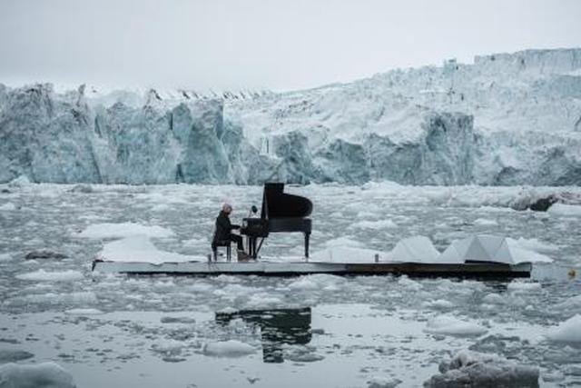 """画像: ―氷の上のピアニスト― """"北極の氷の上""""でピアノを演奏し、世界的な話題に(2016年)"""