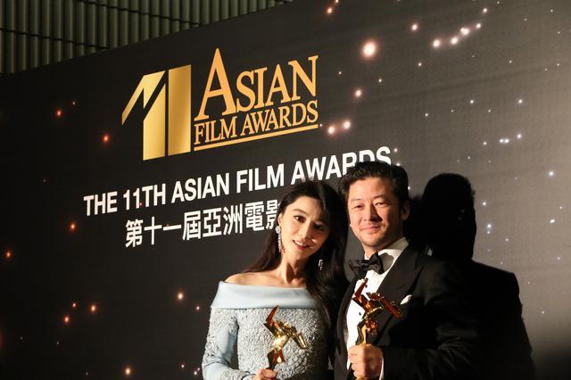画像: アジアのアカデミー賞となる主演男優賞を2年連続制した浅野忠信と主演女優賞の中国を代表する女優のファン・ビンビン ©Asian Film Awards
