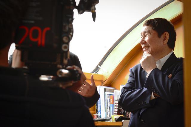 画像: Le cinéaste et ambassadeur de Tara au Japon Takeshi Kitano visite l'intérieur de la goélette à Kobe