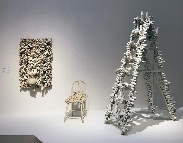 画像: 会場風景 左:《The Man》1963年 広島市現代美術館蔵 右:《トラヴェリング・ライフ》1964年 京都国立近代美術館 photo©cinefil