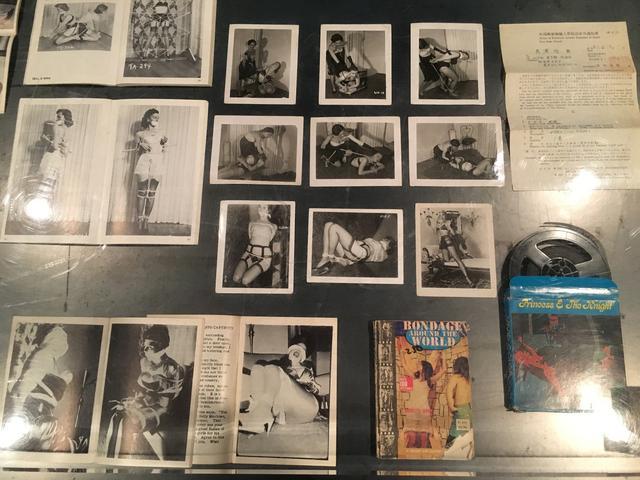 画像: アーヴィング・クロウのボンデージ生写真や60年代前半に製作された8mmポルノ・アニメの実物展示