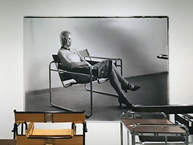 画像: マルセル・ブロイヤーによる《クラブチェア B3》に座る女性(リス・バイヤーかイセ・グロピウス)、マスクはオスカー・シュレンマー、ドレスはリス・バイヤーによる photo©cinefil