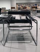画像: 《クラブチェア B3》1927-28年(1925-1926年) 大阪新美術館準備室蔵 こちらはパイプをビス留めして、クッション性が増している。また背もたれに取っ手が付け加えられている。 photo©cinefil