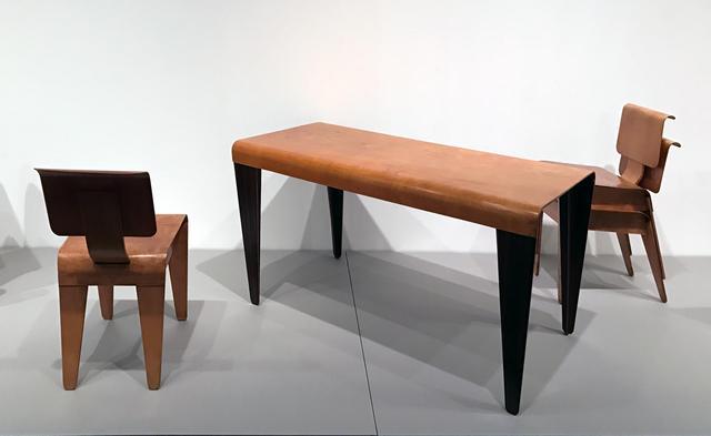 画像: 左:《アイソコン・サイドチェア BC3》1936年 東京国立近代美術館蔵、中央:《アイソコン・テーブル BT3》1936年 ヴィトラ・デザイン・ミュージアム蔵、右:《アイソコン・サイドチェア BC3》1936年 ヴィトラ・デザイン・ミュージアム蔵 photo©cinefil