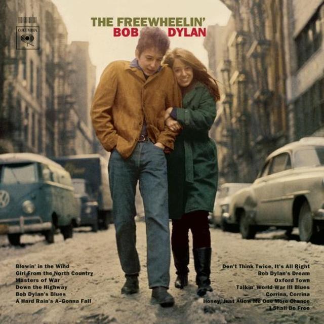 画像: 「風に吹かれて」を収録したセカンド・アルバム「フリー・ホイーリン」がリリースされたのは、はるか遠き54年前の1963年5月。「戦争の親玉」「第3次世界大戦を語るブルース」「激しい雨が降る」等、プロテスト・ソングが並んだこの作品は、ディランのイメージを決定づけた傑作です。このなんとも印象的なジャケット写真を撮影した写真家ドン・ハンスタイン氏の訃報が先日伝えられました。ディランに寄り添う可憐な恋人=スーズ・ロトロさんも2011年鬼籍に入ってしまいましたが、デュランは3月31日、3枚組の新作が発売されました。 www.facebook.com