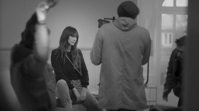 画像: Making-of CHANEL's GABRIELLE bag campaign film with Caroline de Maigret youtu.be